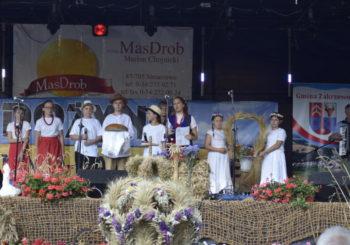 Występ grupy teatralnej podczas dożynek gminno-parafialnych wSiniarzewie